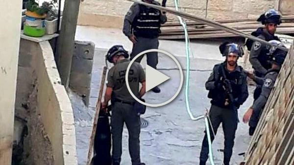قوات الشرطة تقتحم حي العيساوية وتعتقل شابين