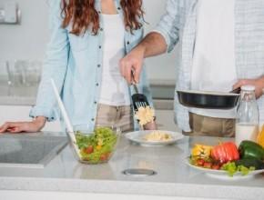 عزيزتي الزوجة.. إليك هذه الأفكار والحيل التي توفّر الكثير من وقتك في المطبخ!