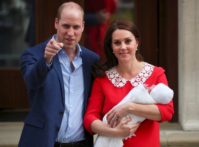 الأمير وليام نجل ولي عهد بريطانيا وزوجته كيت يرزقان