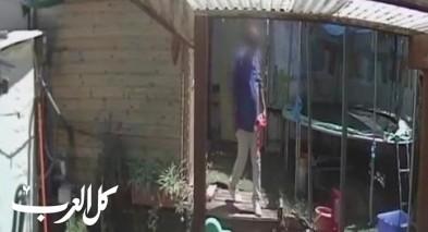 بالفيديو: رجل من قلنسوة يقتحم منزلا