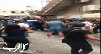 فيديو-عكا: شجار عنيف بين شبان في البلدة القديمة