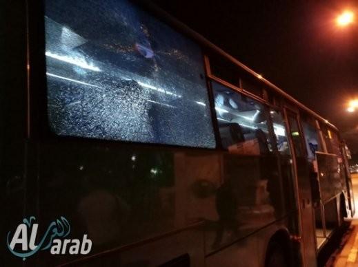 شبّان يلقون حجرًا على حافلة عابرة قرب طرعان