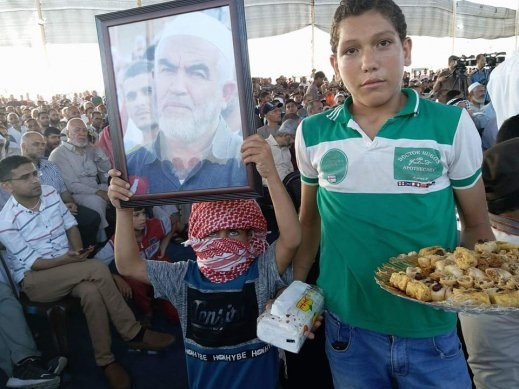 توزيع الحلويات في غزة ابتهاجاً باطلاق سراح الشيخ صلاح