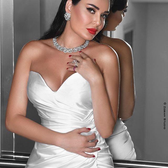 سيرين عبد النور تشع جمالا في حفل زفاف