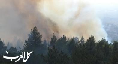 العمل على اخماد حريق في احراش بالقرب من بلدة كوكب