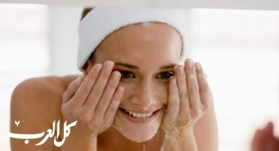 عندما تغسلين وجهك.. تجنبي هذه الأخطاء