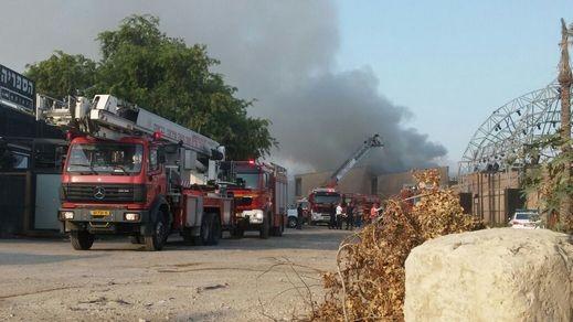 اشتعال النيران في شاحنة عند المدخل الشرقي لعكا