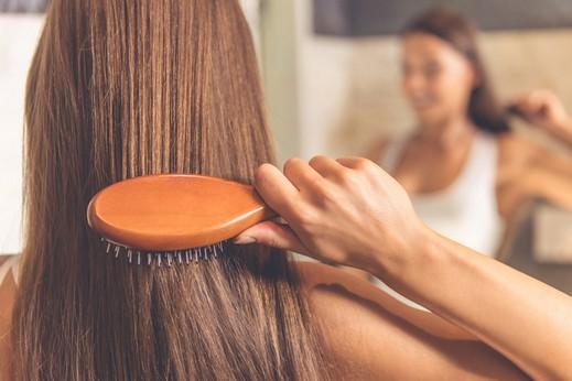 خطوات يومية تمنح شعرك نعومة مذهلة