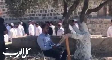 شاب يتلو القرآن خلال اقتحام ساحات الأقصى