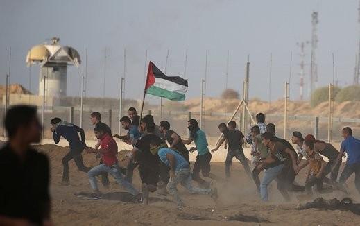 غارة إسرائيلية تستهدف شبانًا في غزة
