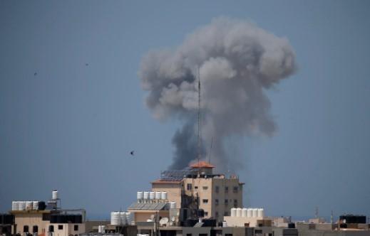 طائرة عسكرية اسرائيلية تستهدف موقعًا في غزة