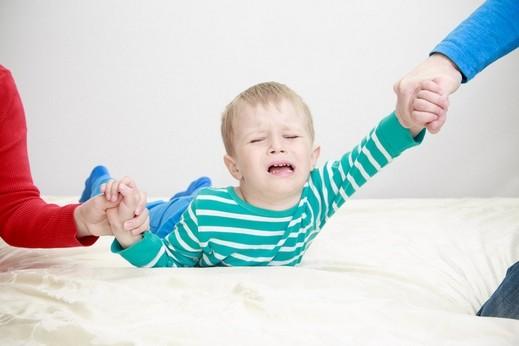شاب: طفلي عصبي بسبب تصرفات والدته!