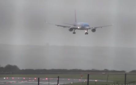 بريطانيا: هبوط مرعب لطائرة بسبب العواصف