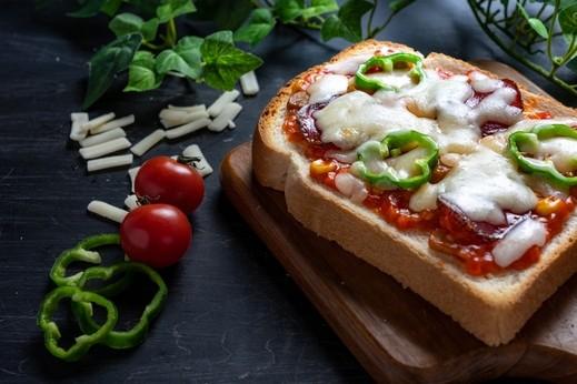 بيتزا التوست.. سهلة وسريعة التحضير للفطور