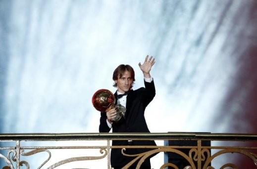 النجم الكرواتي لوكا مودريتش يخطف الكرة الذهبية