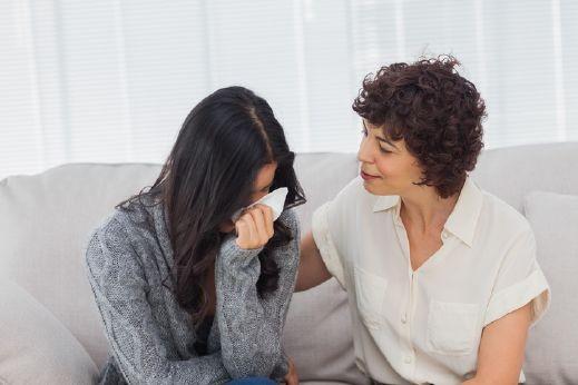 شابة: أريد أن أتعلم تصميم أظافر وأمي ترفض