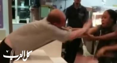 فيديو صادم: زبون يعتدي على موظفة مكدونالدز