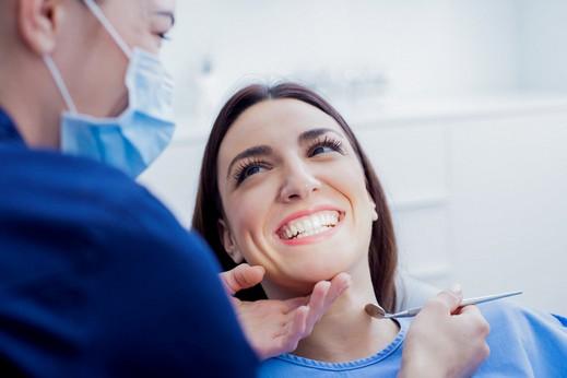 هل سمعتم عن عدسات الأسنان اللاصقة؟!