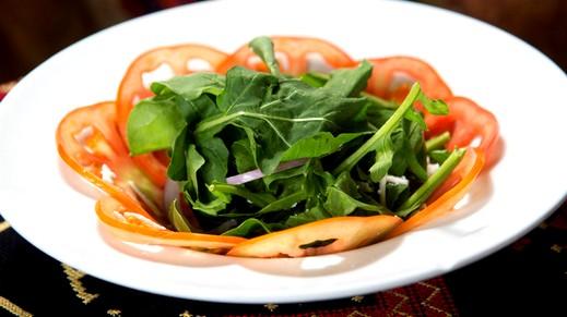سلطة الروكا مع البصل.. شهية وصحية