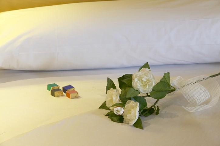 ما سرّ قطعة الشوكولاتة على وسادة الفندق؟