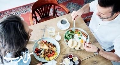تناول الطعام: كيف تأكل المرأة وكيف يأكل الرجل