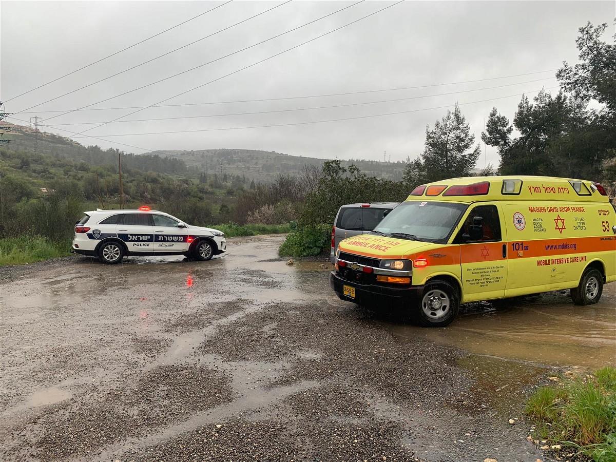 القدس: إنقاذ عالقين جرفتهما السيول