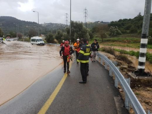 القدس: انجراف حافلة صغيرة إثر السيول