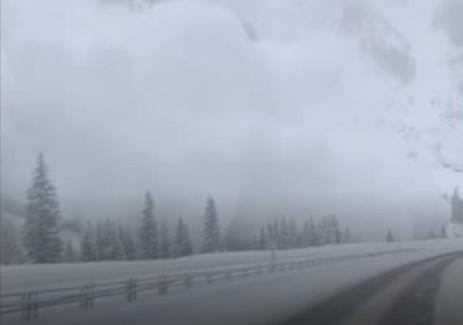 فيديو: انهيار ثلجي ضخم على الطريق السريع