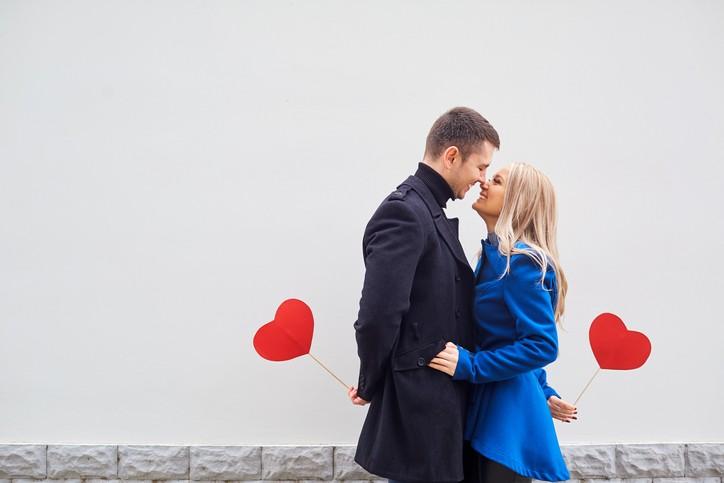 هل يزيد البعد الحب عند الرجال؟