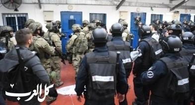 توتر شديد في معتقل ريمون وأنباء عن حرق غرف