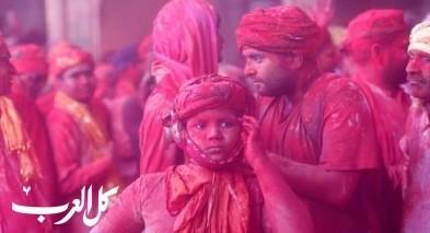 النساء يضربن الرجال في مهرجان للألوان بالهند
