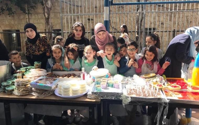 مجد الكروم: مدرسة السلام الابتدائية تنظم سوقا شعبيا
