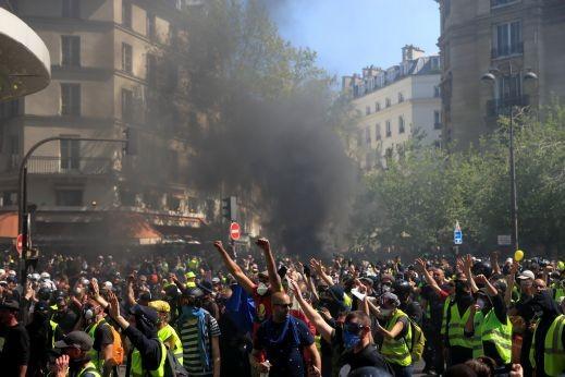 باريس: مُحتجّو السترات الصفراء يشعلون السيارات