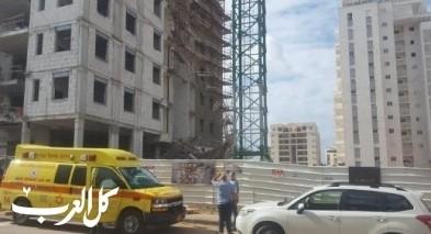 سقوط عامل عن ارتفاع بورشة بناء في بني براك