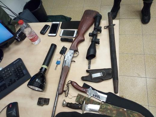 العيزرية: اعتقال مشتبه بعد ضبط بندقية صيد وسكاكين