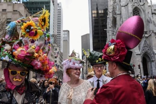 قبعات زهور وملابس مزركشة لعيد الفصح بنيويورك