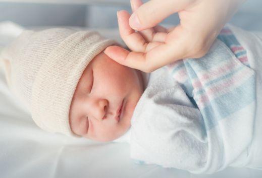 كيف تتطور حواس الطفل في شهره الأول؟