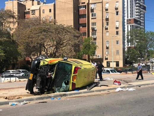 بئر السبع: انقلاب سيارة اسعاف إثر حادث طرق