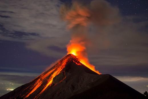 رجل يسقط في بركان وينجو من الموت!