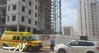 اللد: إصابة عامل جراء سقوطه عن ارتفاع