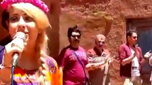 التحقيق مع مغنية إيرانية غنّت أمام السياح