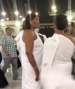 فيديو: معتمرة ترتدي ملابس إحرام الرجال