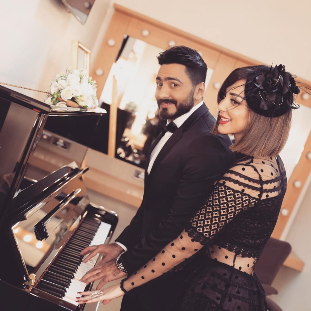 رومانسية تامر حسني وزوجته تخطف الأنظار