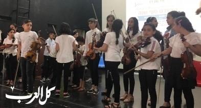 طلاب رهط يبدعون على الآلات الموسيقية