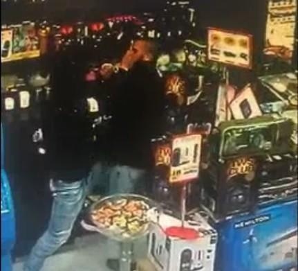 فيديو: ملثم يقتحم محطة وقود بالقدس ويهدد البائع