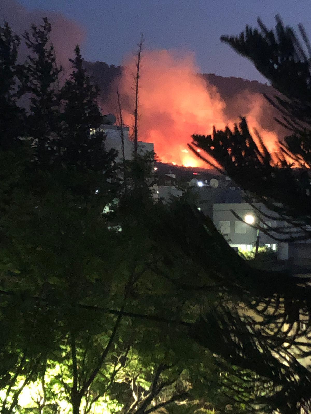 اندلاع حريق هائل بالقرب من قرية نين والدحي