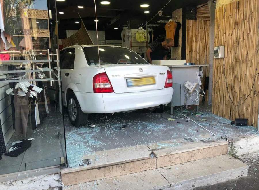 سخنين: سائقة تفقد السيطرة على سيارتها وتصطدم بمحل