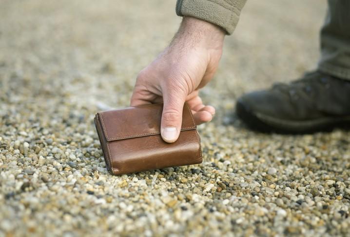 شرطي سرق محفظة رجل ميت بخدعة دنيئة