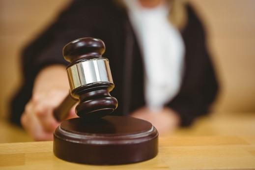 نحف: اتهام 3 شبان بتهديد وطعن والإعتداء على رجل