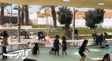 أطفال رهط يستمتعون ببرك السباحة بمدينتهم